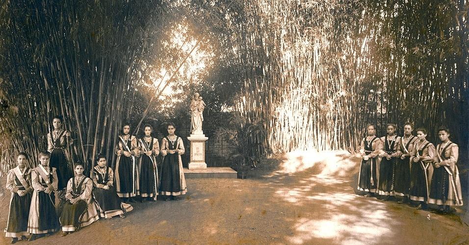 Esse era o uniforme diário usado no início do século passado pelas estudante do Colégio Nossa Senhora do Sion, de São Paulo. A cobertura do corpo era bem grande: vestido até os tornozelos e mangas compridas. Sobre isso, um avental