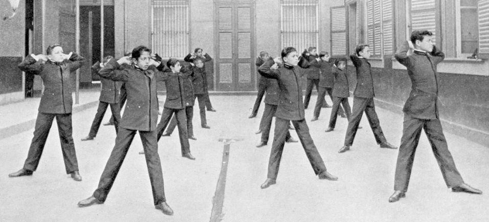 Lição de ginástica sueca para os alunos do Colégio Pedro 2º, na época chamado de Ginásio Nacional (1909). Até na educação física as roupas exigiam formalidade