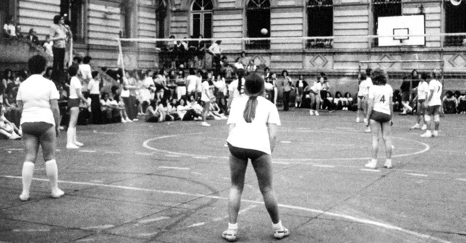 Na década de 1970, o uniforme para ginástica era bem apertado. Hoje em dia, alguns clubes adotam o estilo