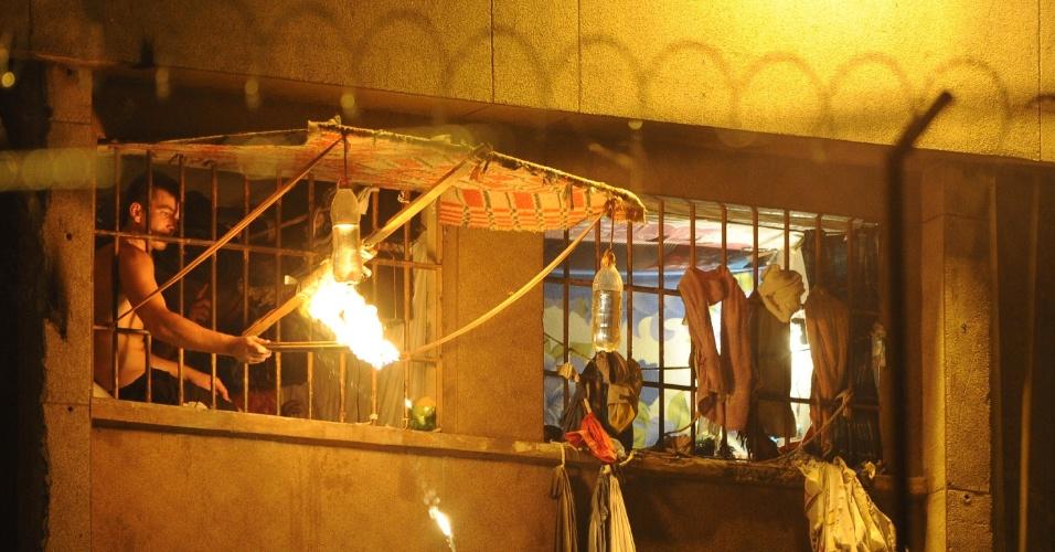 8.fev.2014 - Detentos no Presídio Central de Porto Alegre queimaram pedaços de paus, panos e colchões para protestar contra a falta de água no local. Segundo a Susepe (Superintendência dos Serviços Penitenciários), o protesto começou por volta das 22h da última sexta (8) em dois pavilhões do presídio. Caminhões pipa foram enviados para abastecer as caixas d'água do local