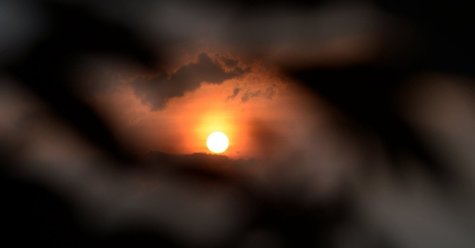 8.fev.2014 - Foto tirada nesta sexta-feira (7) e divulgada neste sábado (8) mostra pôr do sol com folhas de café cobertos de cinzas vulcânicas na aldeia de Tiga Pancur, em Karo. Mais de 30 mil pessoas foram deslocadas após o vulcão Monte Sinabung entrar em erupção e matar cerca de 16 pessoas. Ele continua expelindo fumaça e cinzas quentes