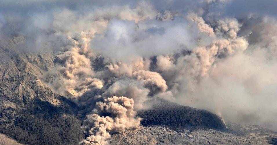 8.fev.2014 - Monte Sinabung vomita fumaça espessa e cinza quente para o ar em Karo em 8 de fevereiro de 2014. Mais de 30.000 pessoas foram deslocadas como o Monte Sinabung, que matou cerca de 16 pessoas continua expelindo fumaça e cinzas quentes