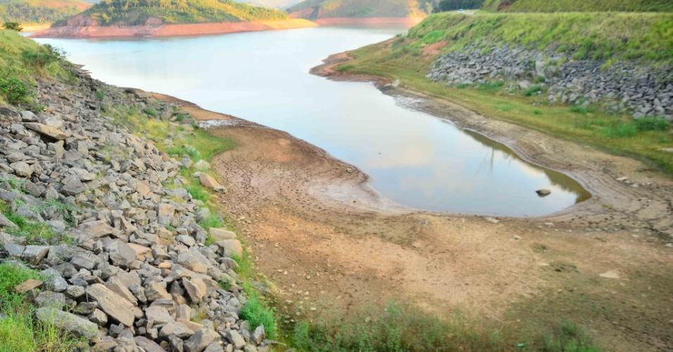 9.fev.2014 - 9.fev.2014 - Represa Jaguari, que faz parte do Sistema Cantareira, em Jacarei, São Paulo, que está mais de oito metros abaixo do seu nível de vazão devido à falta de chuvas