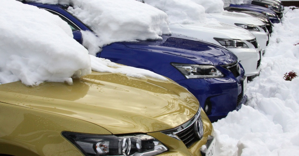 9.fev.2014 - Carros ficam cobertos de grossa camada de neve após nevasca que atingiu Tóquio (Japão)