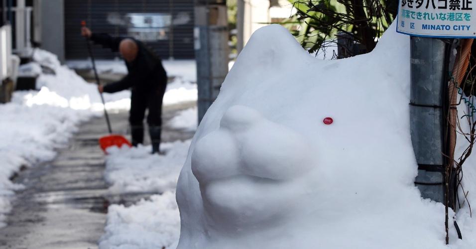 9.fev.2014 - Escultura de neve é vista em rua de Tóquio (Japão) após forte nevasca