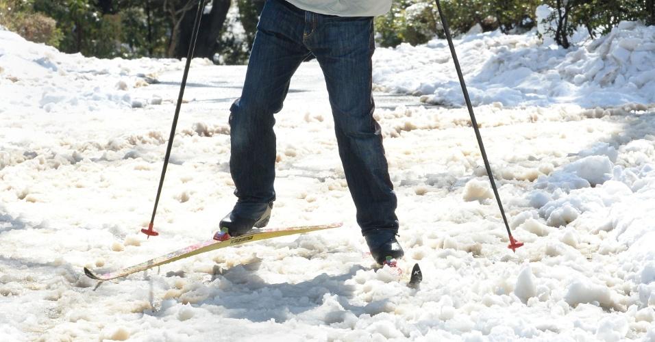 9.fev.2014 - Homem usa ski para cruzar parque coberto de neve em Tóquio (Japão) após forte nevasca