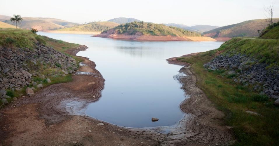 9.fev.2014 - Represa Jaguari, que faz parte do Sistema Cantareira, em Jacareí, São Paulo, está mais de oito metros abaixo do seu nível de vazão devido à falta de chuvas