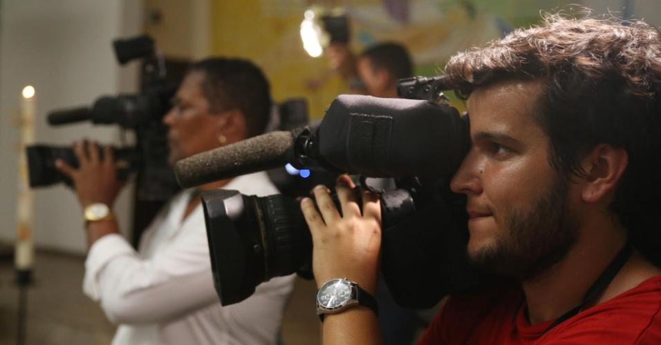 """10.fev.2014 - Cinegrafistas registram missa realizada nesta segunda-feira (10) em homenagem ao cinegrafista da """"TV Bandeirantes"""" Santiago Ilídio Andrade, 49. Santiago teve morte cerebral diagnosticada na manhã desta segunda-feira (10). Ele foi atingido na cabeça quando registrava o protesto, na quinta-feira (6)"""