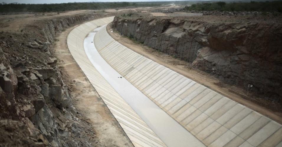 10.fev.2014 - Este canal no município de Custódia, no interior de Pernambuco, integra as obras de transposição do rio São Francisco, que desviará água do rio para atender a quatro Estados do Nordeste brasileiro, notadamente marcados pelas secas. As obras foram iniciadas em 2007, com o orçamento inicial de quase R$ 4 bilhões. Os trabalhos diminuíram em 2010, por problemas de adequação do projeto-base à realidade da execução. Hoje, o orçamento da transposição está em R$ 8,2 bilhões, o dobro do previsto inicialmente, financiados pelo PAC (Programa de Aceleração ao Crescimento) 1 e 2. Esse é o maior empreendimento de infraestrutura hídrica já construído no Brasil. Atualmente, a transposição está com 51% de suas obras concluídas, com previsão de conclusão para dezembro de 2015