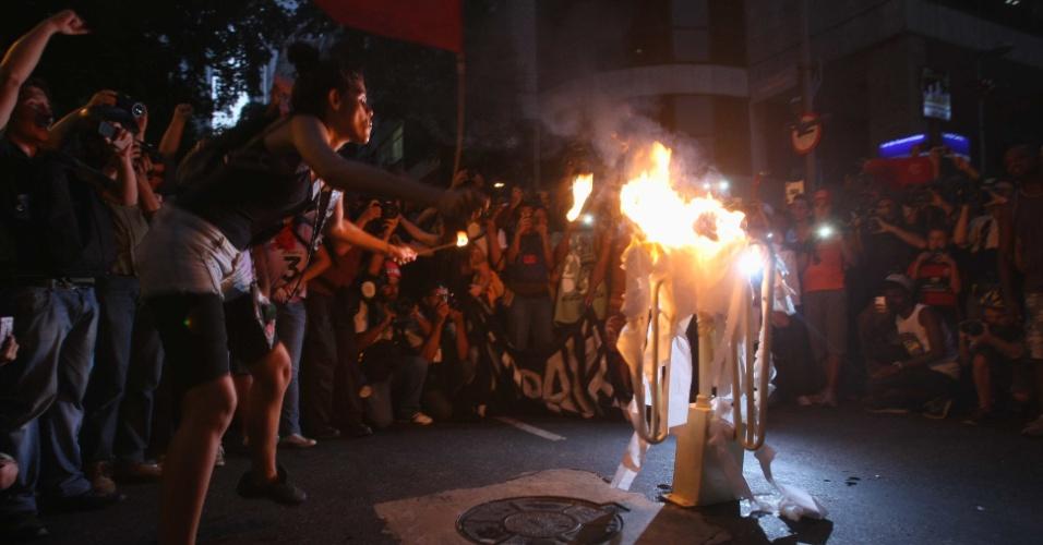 10.fev.2014 - Manifestantes contrários ao aumento da tarifa de ônibus no Rio de Janeiro queimam catraca na noite desta segunda-feira (10), em novo protesto