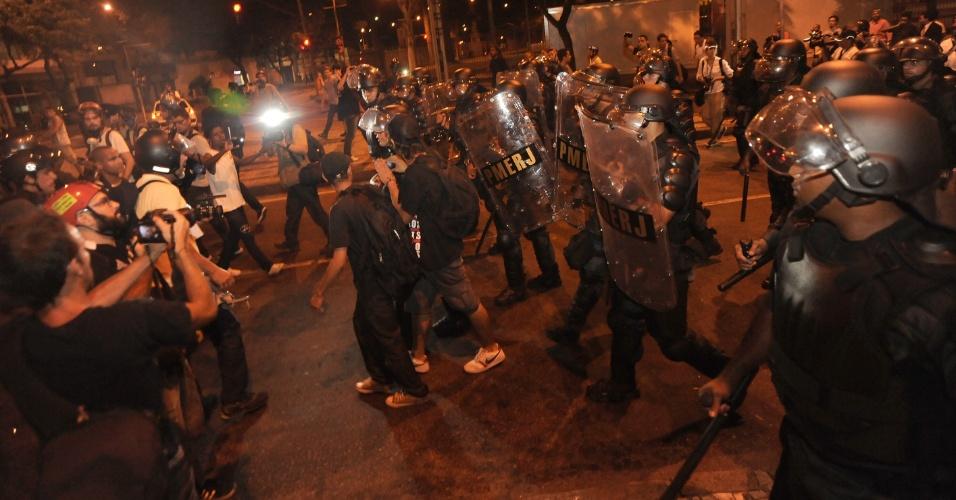 10.fev.2014 - Manifestantes e policiais se enfrentam em tumulto após protesto contra aumento da passagem de ônibus na Cinelândia, centro do Rio de Janeiro