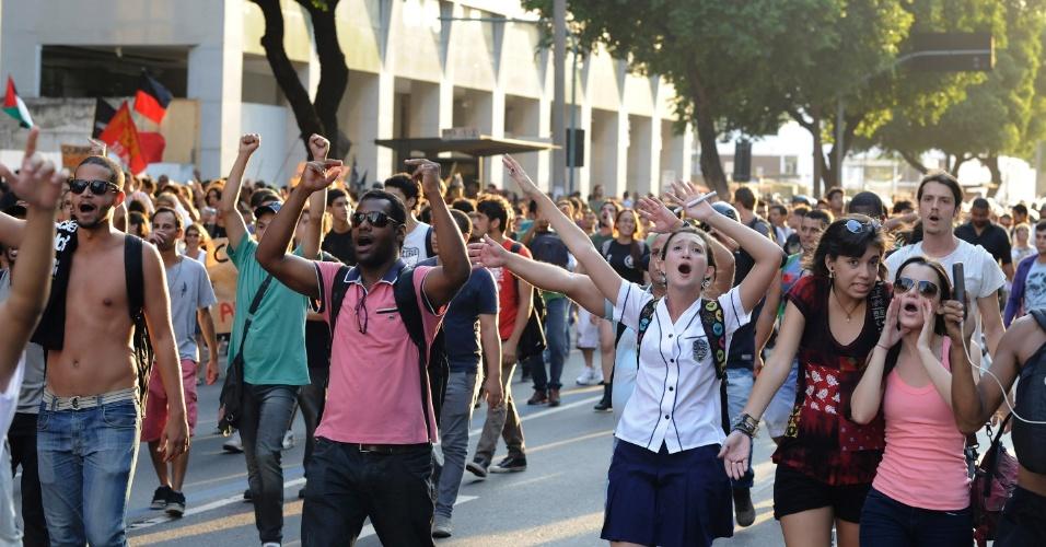 10.fev.2014 - Manifestantes gesticulam e gritam palavras de ordem durante protesto contra o aumento das passagens de ônibus, no centro do Rio de Janeiro, nesta segunda-feira (10)