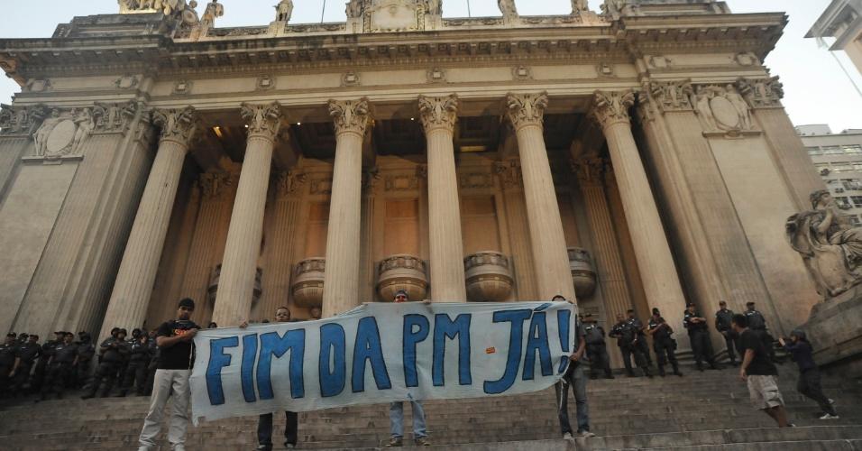 10.fev.2014 - Manifestantes que fazem protesto contra o aumento das passagens de ônibus, no centro do Rio de Janeiro, nesta segunda-feira (10)