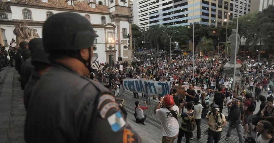 10.fev.2014 - Manifestantes que fazem protesto contra o aumento das passagens de ônibus, no centro do Rio de Janeiro, nesta segunda-feira (10) são acompanhados por policiais militares