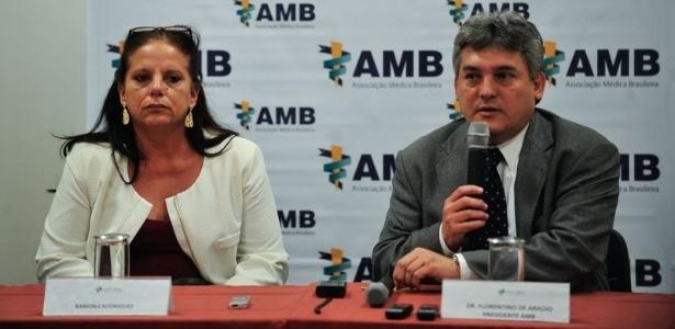 Ramona Matos Rodrigues, que deixou o Mais Médicos, ao lado do presidente da AMB, Florentino Cardoso
