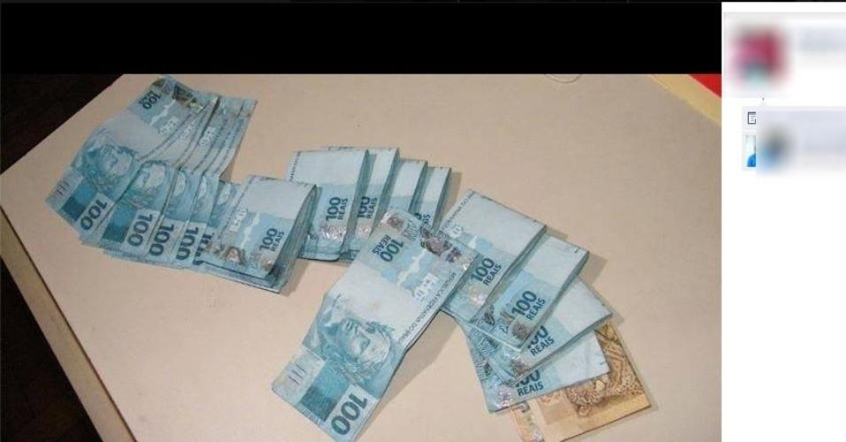 11.fev.2014 - Detentos do presídio Professor Jacy de Assis, em Uberlândia (537 km de Belo Horizonte, MG), publicam foto de grande quantidade de dinheiro em cédulas de R$ 100 e de R$ 50 em perfil na rede social Facebook
