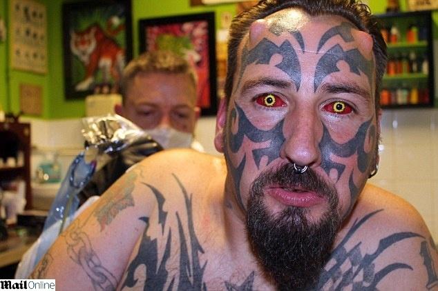 11.fev.2014 - Diablo Delenfer, nome artístico de Gavin Paslow, 43, gastou cerca de 10 mil libras (aprox. 25 mil reais) para se parecer com o Diabo.  O ex-segurança, que se intitula