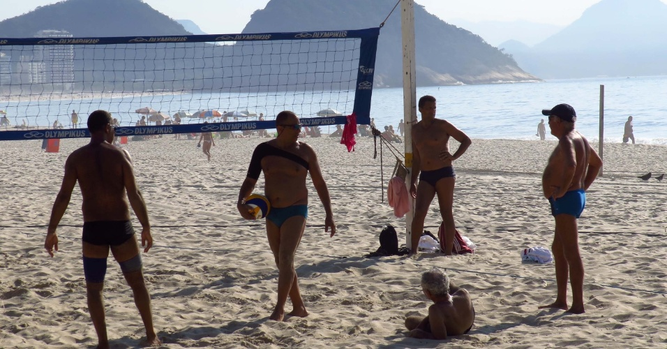 11.fev.2014 - Homens aproveitam dia de calor para jogar vôlei na praia de Copacabana, na zona sul do Rio de Janeiro, na manhã desta terça-feira (11). Rio de Janeiro bateu ontem (10), pela quinta vez, o recorde de calor do ano. A temperatura máxima registrada foi de 41,4°C