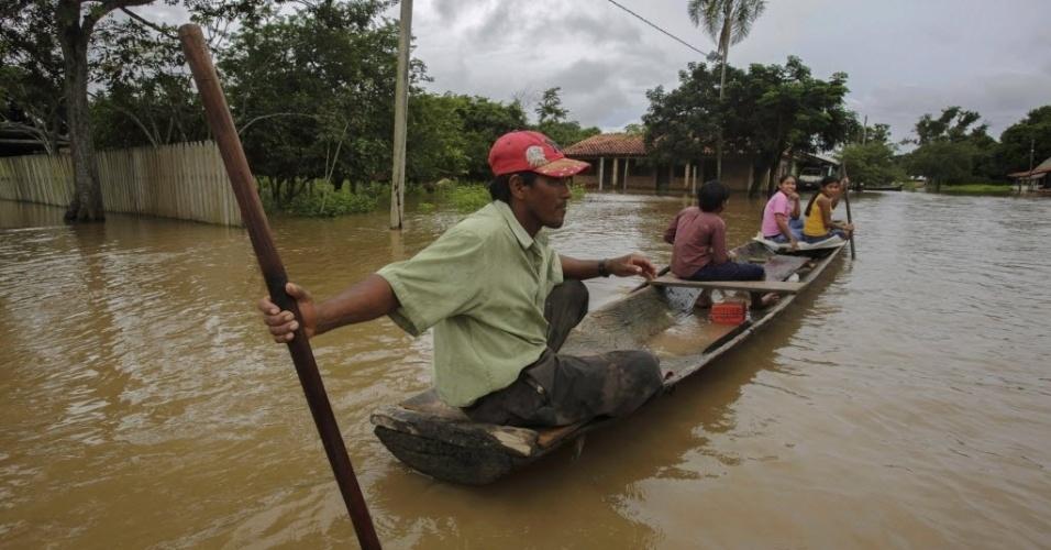 12.fev.2014 - Homem viaja de barco com os filhos em rua inundada de Trinidad, na Bolívia. O número de famílias desabrigadas pelas fortes chuvas no país já chegou a 52.337, segundo o ministro da Defesa, Rubén Saavedra