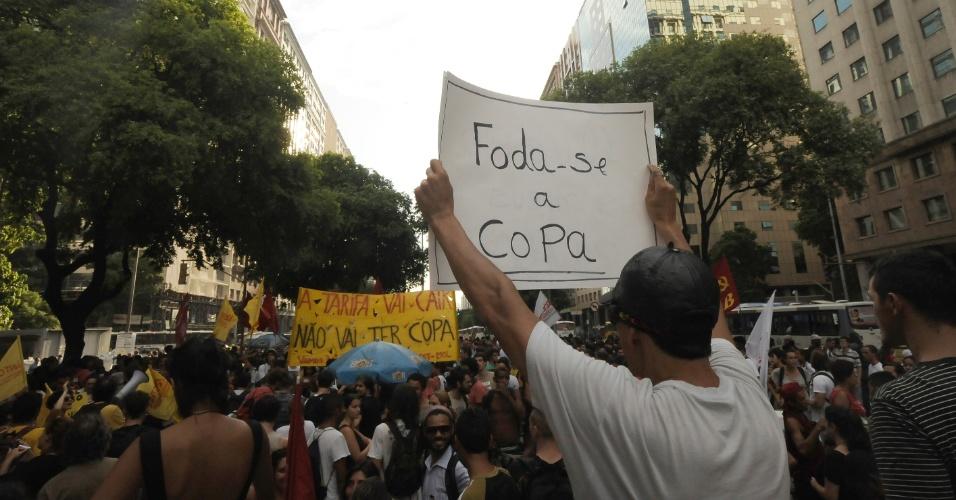 13.fev.2013 - Manifestantes contra o aumento da tarifa de ônibus na cidade do Rio de Janeiro exibem cartazes onde se lê mensagens de protesto contra a realização da Copa do Mundo no Brasil, neste ano