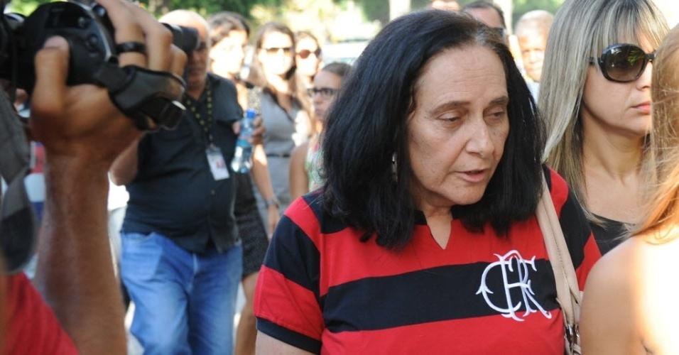 13.fev.2014 - Arlita Andrade chega ao velório do marido, o cinegrafista Santiago Andrade, morto na segunda-feira (10) no cemitério Memorial do Carmo, no Caju, nesta quinta-feira (13). O cinegrafista será cremado por volta do meio dia