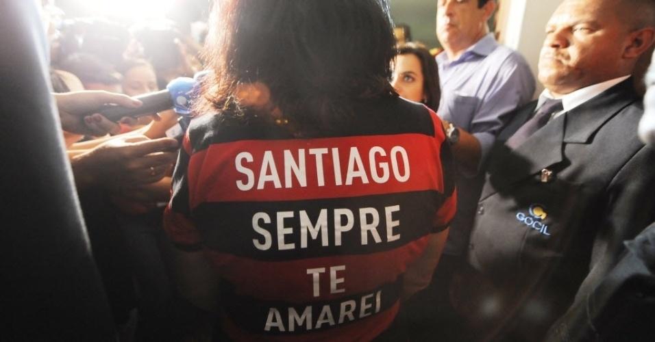13.fev.2014 - Arlita Andrade chega ao velório do marido, o cinegrafista Santiago Andrade, morto na segunda-feira (10) no cemitério Memorial do Carmo, no Caju, nesta quinta-feira (13). O cinegrafista será cremado por volta do meio-dia