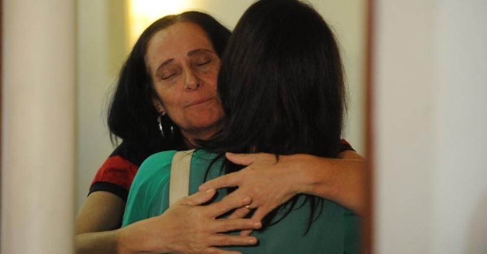 13.fev.2014 - Arlita Andrade recebe o abraço de amigos durante o velório do marido, o cinegrafista Santiago Andrade, morto na segunda-feira (10). O corpo está sendo velado no cemitério Memorial do Carmo, no Caju, Rio de Janeiro, nesta quinta-feira (13). O cinegrafista será cremado por volta do meio-dia