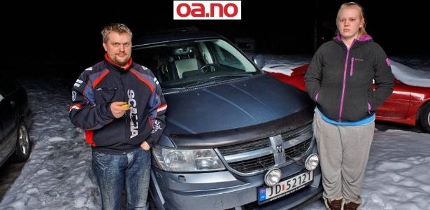 Audun (e) e Miran Østgård mostram carro que o filho de dez anos deles furtou