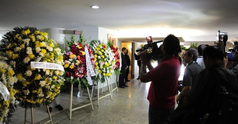 13.fev.2014 - Coroas de flores são vistas no velório do cinegrafista Santiago Andrade, que morreu na segunda-feira (10), no cemitério Memorial do Carmo, no Caju, nesta quinta-feira (13). O cinegrafista será cremado por volta do meio-dia