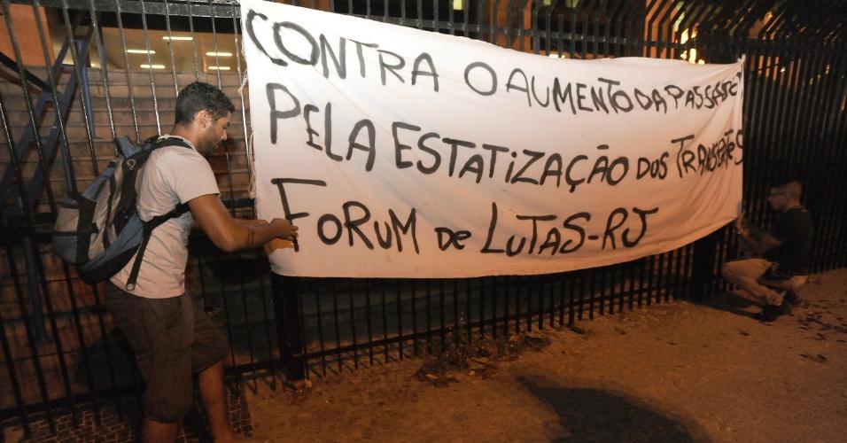 13.fev.2014 - Manifestantes ajeitam faixa contra o aumento da passagem de ônibus durante protesto no centro do Rio de Janeiro, nesta quinta-feira (13). Pelo menos mil pessoas participam do ato, que segue pacífico