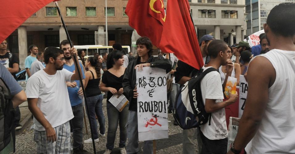 13.fev.2014 - Manifestantes contra o aumento da tarifa de ônibus na cidade do Rio de Janeiro exibem cartazes com mensagens de protesto, em novo ato na região central da cidade