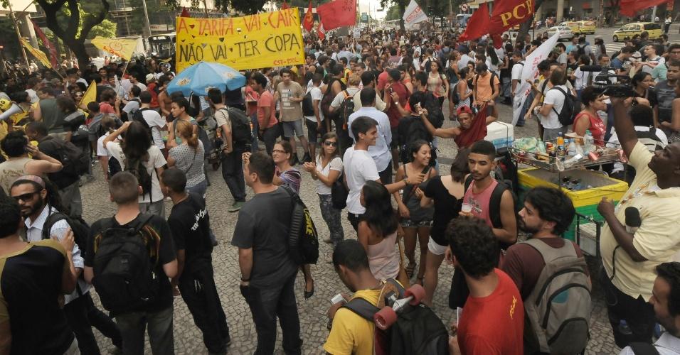 13.fev.2014 - Manifestantes (entre civis e ativistas ligados a partidos políticos e movimentos sociais) participam de novo protesto contra aumento da tarifa de ônibus no Rio de Janeiro na região da Candelária (centro)