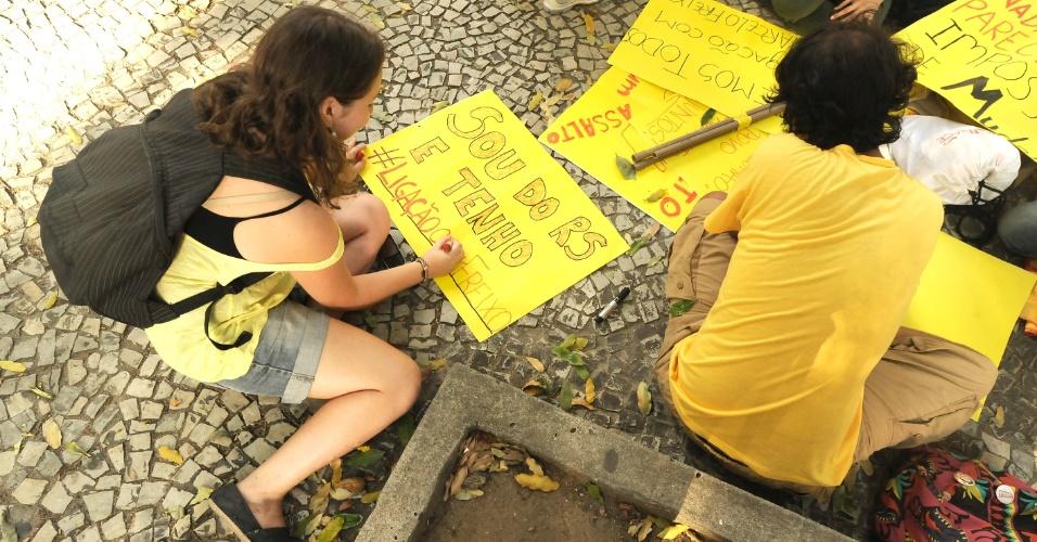 13.fev.2014 - Manifestantes preparam cartazes na região da Candelária, centro do Rio de Janeiro, para um novo protesto contra o aumento da tarifa de ônibus na capital
