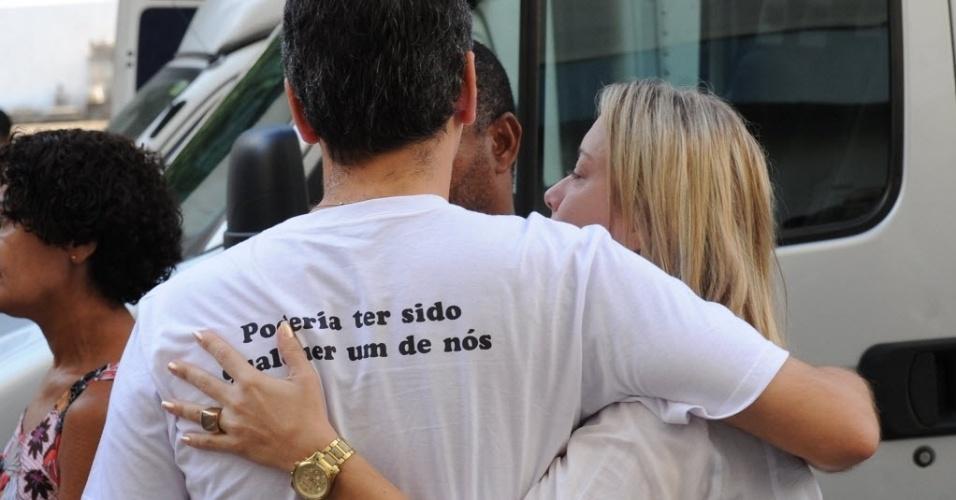 """13.fev.2014 - O corpo do cinegrafista da """"Band"""" Santiago Ilídio Andrade, 49, morto nesta segunda-feira (10) começou a ser velado por volta de 8h20 desta quinta-feira (13), no cemitério do Caju, no Rio de Janeiro"""