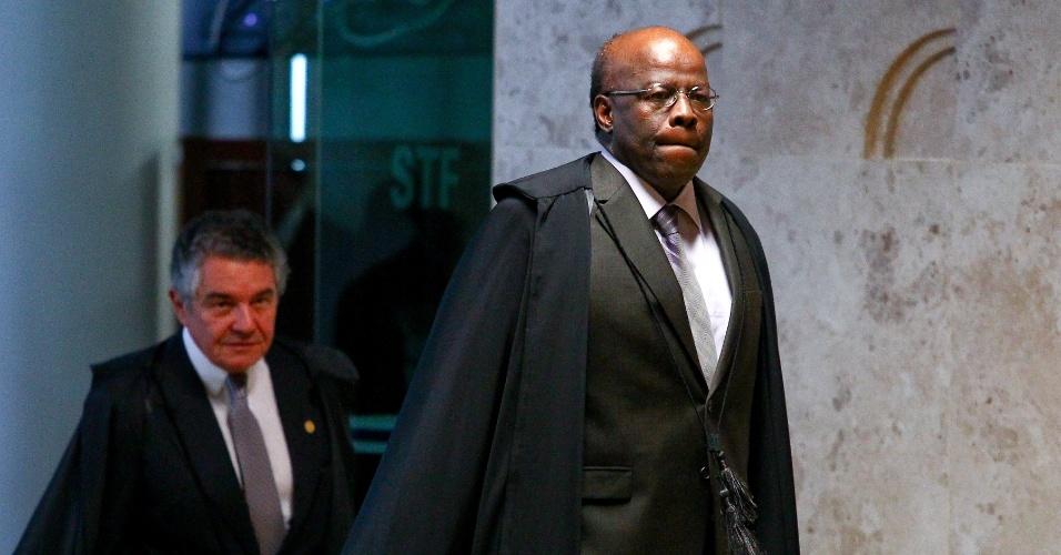 13.fev.2014 - Os ministros Joaquim Barbosa, presidente do STF (Supremo Tribunal Federal), e Marco Aurélio Mello, também membro da corte, chegam para sessão plenária em Brasília (DF)