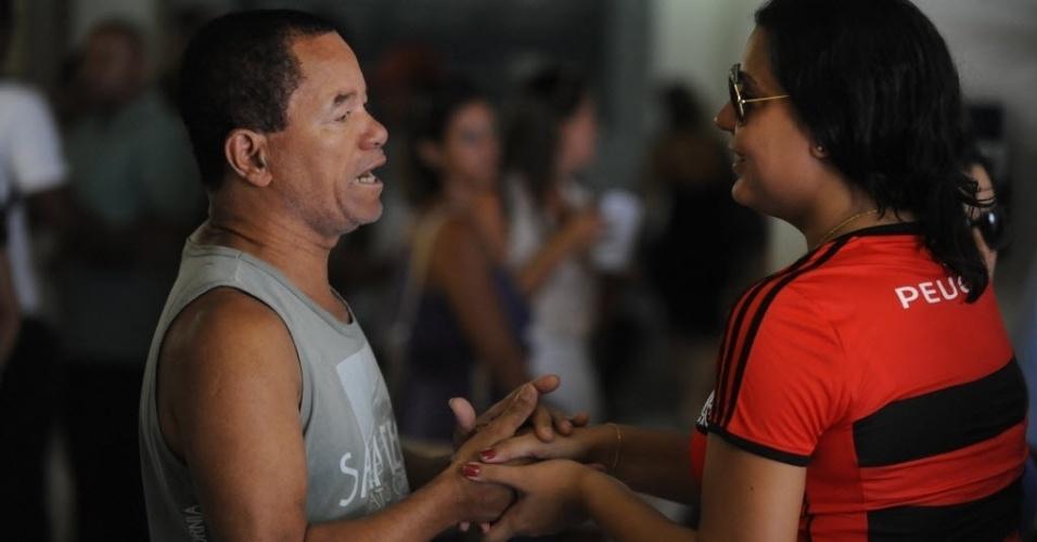 13.fev.2014 - Vanessa Andrade filha do cinegrafista Santiago Ilídio Andrade, morto ao ser atingido na cabeça durante um protesto, conversa com amigos durante o velório no  cemitério Memorial do Carmo, no Caju, Rio de Janeiro, nesta quinta-feira (13)