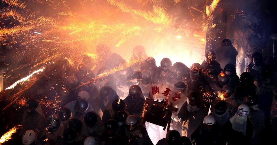 13.fev.2014 - Fogos de artifício são disparados próximo de pessoas durante festival que antecede o das lanternas chinesas, em Taiwan. Os habitantes acreditam que a má sorte vai embora depois de ser atingido por uma dos fogos. O festival das Lanternas é comemorado no dia 15 do Ano-Novo Lunar