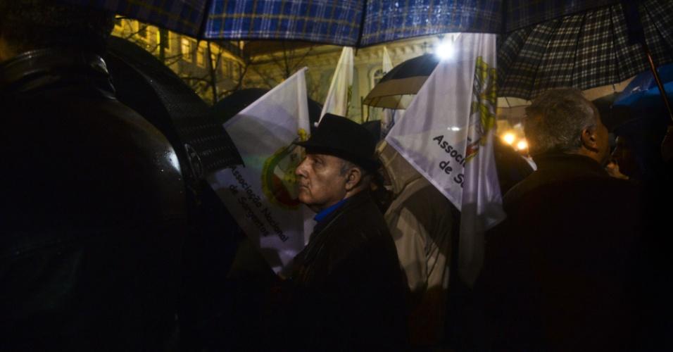 13.fev.2014 - Militar português participa de ato contra medidas de austeridade do governo português, em Lisboa, na noite desta quinta-feira (13). Cerca de 200 soldados portugueses, membros de três associações que representam os militares, participaram do ato