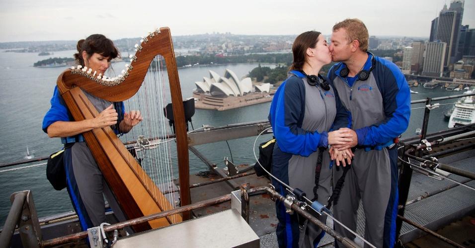 14.fev.2014 - Australiano pede a então namorada em casamento, acompanhado de harpista, na parte superior da ponte Sydney Harbour, nesta sexta-feira (14), dia de São Valentim - dia dos namorados em grande parte do mundo. É a primeira vez que um harpista jogou no topo da ponte, segundo a empresa que organiza visitas ao local
