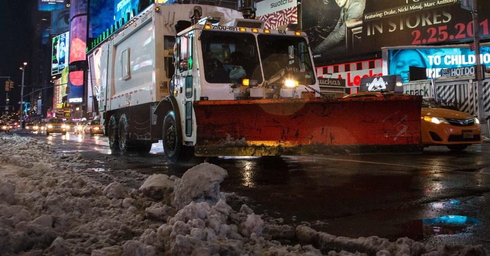 14.fev.2014 - Caminhão limpa-neve abre caminho pela Times Square, em Nova York, nesta sexta-feira (14). Uma tempestade de inverno carregada de neve pesada, granizo e chuva atingiu uma enorme faixa da costa leste dos EUA na quinta-feira, cancelando voos e fechando escolas e escritórios do governo