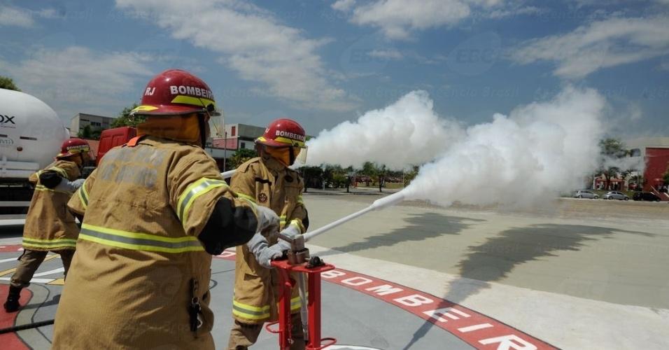 14.fev.2014 - Corpo de Bombeiros do Rio de Janeiro testa tecnologia inédita de veículo de combate a incêndio que usa jatos de CO2 vaporizado, no lugar de água, que reduz o tempo de combate a incêndios