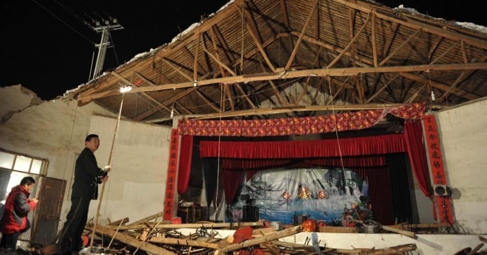 14.fev.2014 - Destroços de galpão que desabou durante uma festa de casamento na província de Zhejiang, na China, nesta quinta-feira (13). Nove pessoas morreram e mais de 90 ficaram feridas após a queda do edifício