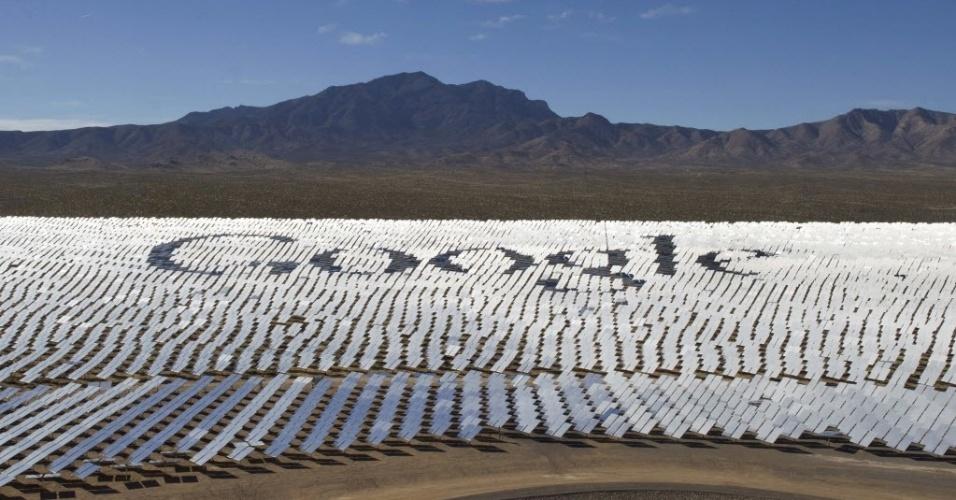 14.fev.2014 - Logotipo da empresa Google é desenhado em espelhos que refletem a luz solar e a direcionam para um centro receptor, durante apresentação do sistema de geração de energia solar Ivanpah, no deserto de Mojave, nos Estados Unidos. O projeto, uma parceria entre o Google e as empresas NRG, BrightSource e Bachtel, é a maior usina de energia solar do mundo e usa 347 mil espelhos para produzir 392 megawatts de energia elétrica, o suficiente para iluminar mais de 140 mil casas