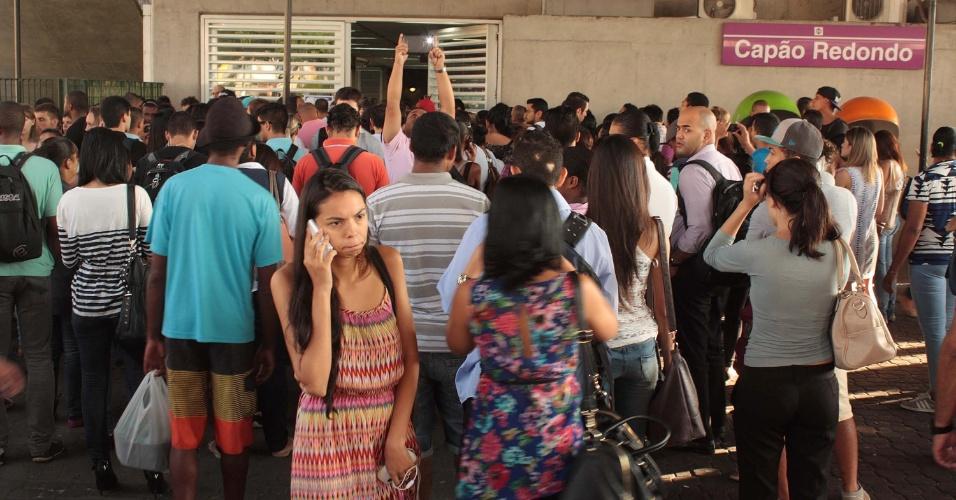 14.fev.2014 - Movimentação de passageiros na Estação Campão Redondo (Linha 5-Lilás do Metrô), zona sul de São Paulo (SP), na manhã desta sexta-feira (14). Segundo a companhia, o problema ocorrido na noite de ontem (13) foi parcialmente normalizado, porém os trens ainda circulam em via única entre as estações Campo Limpo e Giovanni Gronchi. Ônibus da Operação Paese foram acionados pela SPTrans para reforçar o transporte