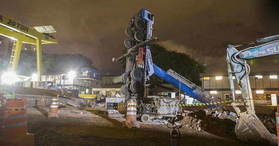 14.fev.2014 - Um guindaste de obras da linha 5-lilás do metro tombou, por volta das 18h50 desta sexta-feira (14), na avenida Adolfo Pinheiro, em Santo Amaro, zona sul de São Paulo. de acordo com o Metrô, ninguém ficou ferido