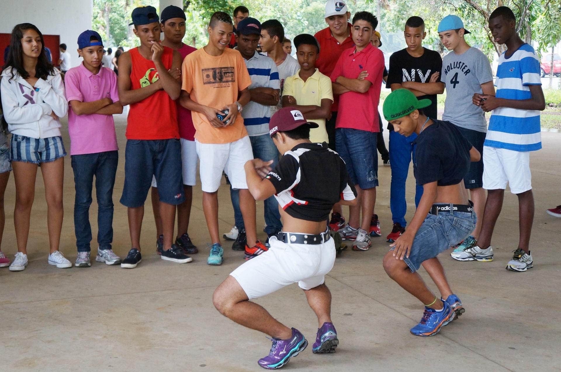 15.fev.2014 - Primeiro Rolezinho autorizado pela Prefeitura de São Paulo foi realizado neste sábado (15), no Parque do Ibirapuera. Apesar da chuva, cerca de 200 jovens se reuniram e dançaram durante o encontro