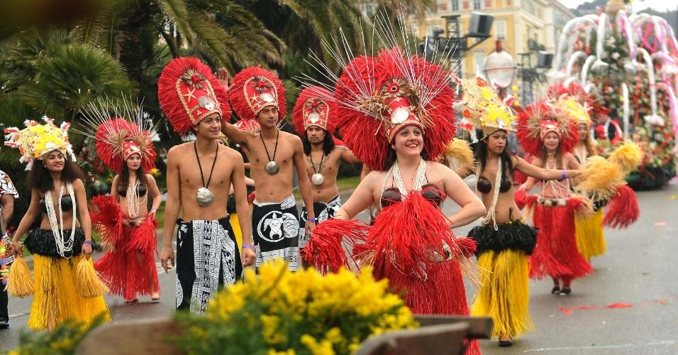 16.fev.2014 - Artistas participam do desfile de Carnaval em Nice, na França, neste domingo (16). O evento anual teve início na sexta-feira e mais de 100 pessoas participaram do desfile