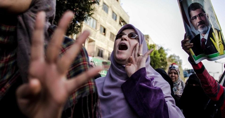 16.fev.2014 - Manifestantes antimilitares protestam nas ruas da capital Cairo em favor do presidente deposto do Egito Mohamed Mursi e fazem o gesto do