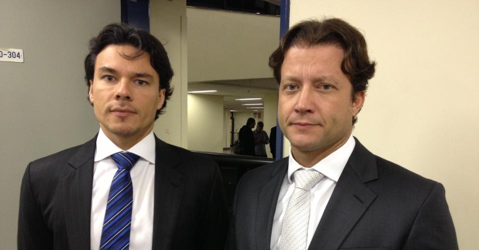 17.fev.2014 - Os promotores responsáveis pela acusação na terceira etapa do julgamento do massacre do Carandiru, Márcio Friggi de Carvalho (à esquerda) e Eduardo Olavo Canto Neto, ouviram duas testemunhas de acusação nesta segunda-feira (17), no Fórum Criminal da Barra Funda, na zona oeste de São Paulo. Ao todo, seis pessoas foram convocadas por eles, mas três não foram localizadas e uma foi dispensada. O julgamento será retomado nesta terça-feira (18) com os depoimentos das testemunhas de defesa