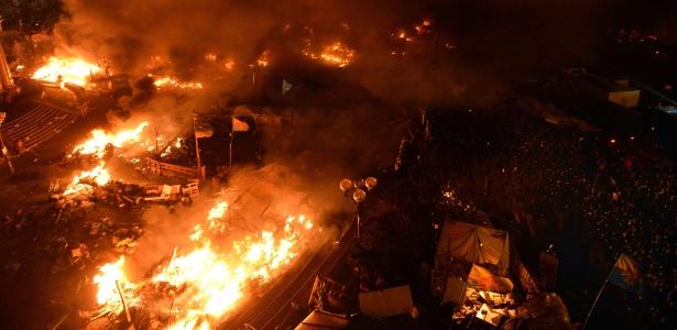 Lotada por manifestantes, a praça da Independência, em Kiev, é palco de violentos confrontos